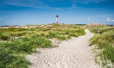 Schöne Dünenlandschaft mit traditionellen Leuchtturm auf der Insel Amrum in der Nordsee, Schleswig-Holstein, Deutschland