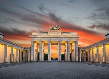 일몰 아름다운 황금 저녁 빛에 유명한 브란덴부르크 문 브란덴부르크 문 (Brandenburg Gate), 가장 잘 알려진 랜드 마크와 독일의 국가 상징 중 하나의 파노