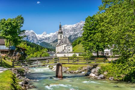 Scenic mountain landscape in the Bavarian Alps with famous Parish Church of St. Sebastian in the village of Ramsau, Nationalpark Berchtesgadener Land, Upper Bavaria, Germany Stockfoto