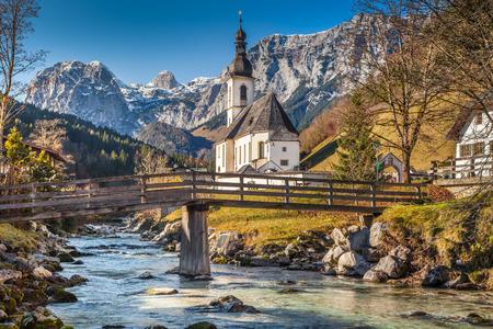 Pfarrkirche St. Sebastian bei Sonnenaufgang im Herbst, Ramsau, Nationalpark Berchtesgadener Land, Oberbayern, Deutschland