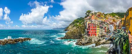 pescador: Vista panorámica de Riomaggiore, una de las cinco aldeas de pescadores famosos de Cinque Terre en Liguria, Italia