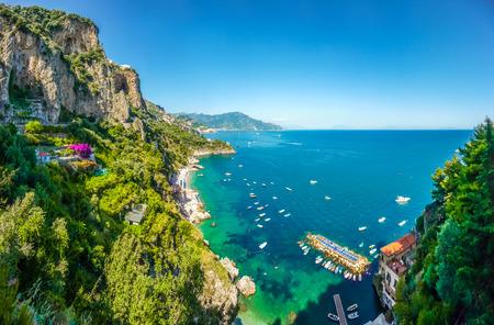 Scenic Postkartenblick auf die berühmte Amalfi-Küste mit schönen Golf von Salerno, Kampanien, Italien