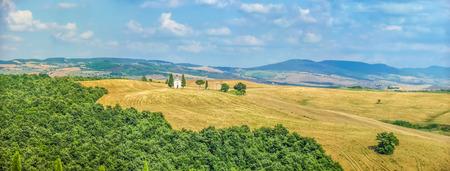 cappella: Vista panorámica del hermoso paisaje Toscana con colinas y campos de cosecha de oro y famosa Cappella della Madonna di Vitaleta en Val d'Orcia, provincia de Siena, Italia Foto de archivo