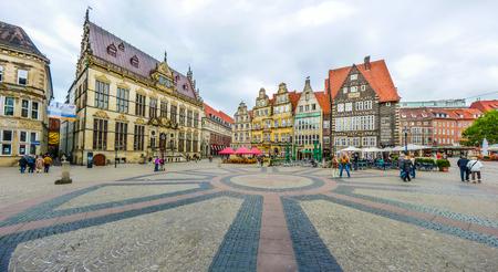 Schuetting、元ギルドの家と有名な Raths 建物を望むハンセアティック ブレーメン市、ドイツの中心部に古代ブレーメン マーケット広場