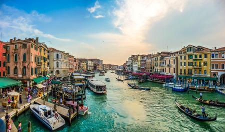 有名な大運河、ヴェネツィアの有名なリアルト橋からのパノラマ ビュー