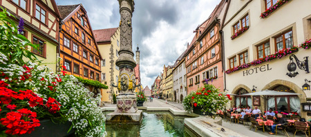 der: Beautiful view of the historic town of Rothenburg ob der Tauber with fountain, Franconia, Bavaria, Germany