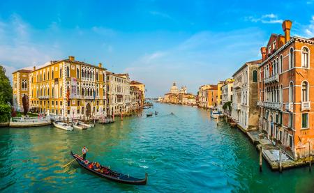 Panorama-Blick auf berühmten Canal Grande und die Basilica di Santa Maria della Salute bei Sonnenuntergang in Venedig, Italien