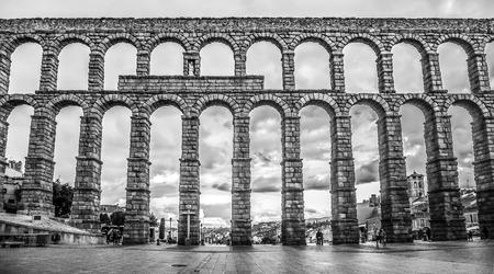 acueducto: Famous ancient Roman aqueduct on Plaza del Azoguejo square in Segovia, Castilla y Leon, Spain - black and white version
