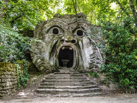 Orcus mond beeldhouwen aan de beroemde Parco dei Mostri Park van de Monsters, ook genoemd Sacro Bosco heilige bos of de tuinen van Bomarzo in Bomarzo, provincie Viterbo, Noord-Lazio, Italië