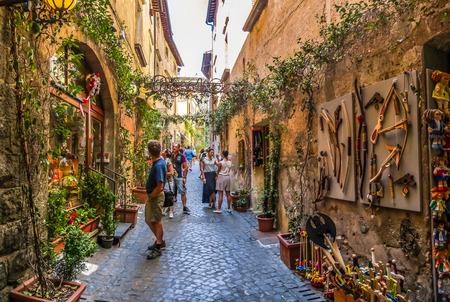 Belle vue sur ruelle vif avec des bâtiments anciens, sur la place près de la cathédrale d'Orvieto Duomo di Orvieto, Ombrie, Italie Banque d'images
