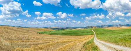 Paisaje escénico de Toscana con colinas y granja tradicional en Val d'Orcia, Italia