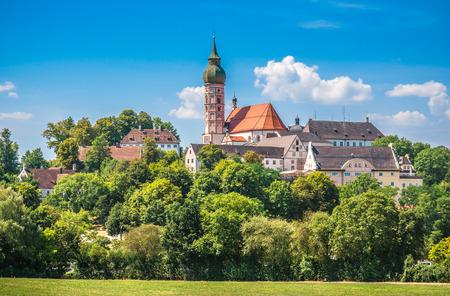 monasteri: Bella vista della storica abbazia di Andechs in estate in una giornata di sole, quartiere di Starnberg, Alta Baviera, Germania
