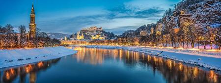 Belle vue sur la ville historique de Salzbourg avec la rivière Salzach en hiver pendant heures bleu, Salzbourg, Autriche Banque d'images