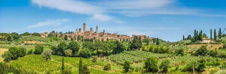 Panoramablick von der mittelalterlichen Stadt San Gimignano auf einem Hügel, Toskana, Italien