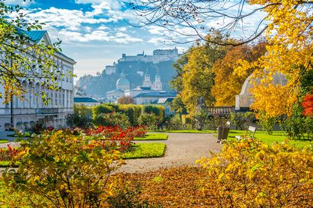 Hermosa vista de famosos jardines de Mirabell con la vieja histórica Fortaleza Hohensalzburg en el fondo en Salzburgo, Austria Foto de archivo - 46643136