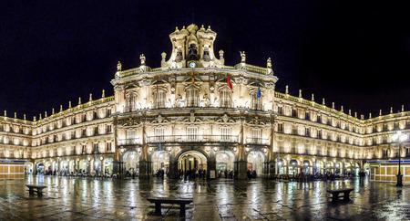 夜、カスティーリャイレオン、スペインのサラマンカの有名なマヨール