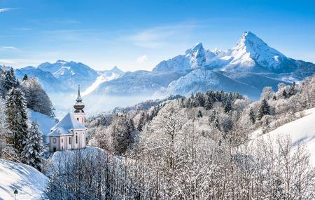 iglesia: Vista panor�mica del hermoso paisaje de invierno en los Alpes b�varos con la iglesia de peregrinaci�n de Mar�a Gern y famoso macizo Watzmann en el fondo, Nationalpark Berchtesgaden, Baviera, Alemania Foto de archivo