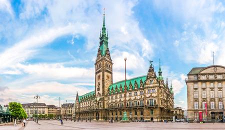 verano: Hermosa vista del famoso ayuntamiento de Hamburgo, con espectaculares nubes y el cielo azul en la plaza del mercado cerca del lago Binnenalster en el barrio de Altstadt, Hamburgo, Alemania