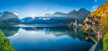 Scenic Panorama-Bild-Postkarte Ansicht des berühmten Dorf Hallstätter Berg mit Hallstätter See in den österreichischen Alpen in der schönen goldenen Morgenlicht im Herbst, Salzkammergut, Österreich Standard-Bild
