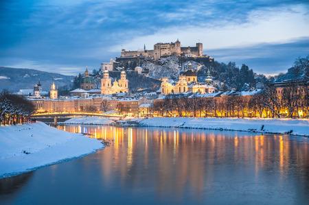 Hermosa vista de la histórica ciudad de Salzburgo con el río Salzach, en invierno, durante la hora azul, Estado de Salzburgo, Austria