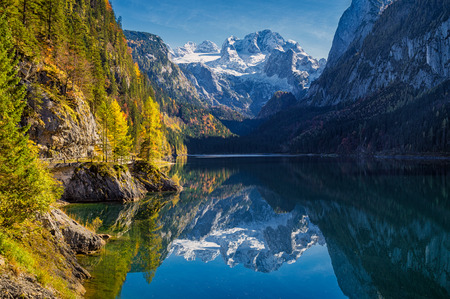 Beautiful view of idyllic colorful autumn scenery with Dachstein mountain summit reflecting in crystal clear Gosausee mountain lake in fall, Salzkammergut region, Upper Austria, Austria 版權商用圖片
