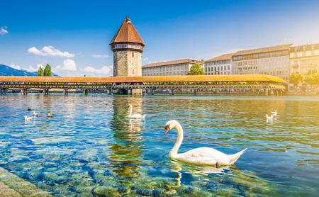 Centro histórico de Lucerna, con el puente famoso de la capilla, símbolo de la ciudad y una de las principales atracciones turísticas de la Suiza en un día soleado en verano, Cantón de Lucerna, Suiza Foto de archivo - 49137569