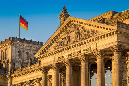 Vista del primo piano del famoso edificio del Reichstag, sede del Parlamento tedesco Deutscher Bundestag, in bella luce dorata sera al tramonto, Berlino, Germania Archivio Fotografico - 49066430
