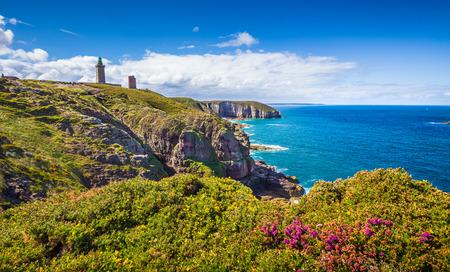 Panorama-Blick auf malerische Küstenlandschaft mit traditionellen Leuchtturm an der berühmten Halbinsel Cap Frehel, Bretagne, Nordfrankreich