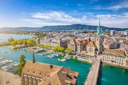 Luftaufnahme von Zürich Stadtzentrum mit berühmten Fraumünster und der Limmat am Zürichsee aus Grossmünster, Kanton Zürich, Schweiz