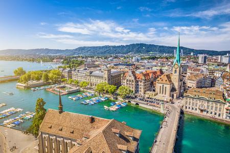 iglesia: Vista a�rea del centro de la ciudad de Zurich con la famosa Iglesia Fraumunster y r�o Limmat en Lago Zurich desde Grossmunster Iglesia, Cant�n de Zurich, Suiza Foto de archivo