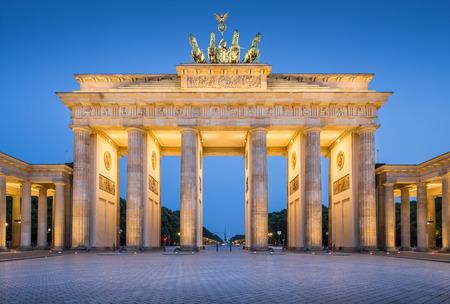 Panoramablick auf die berühmte Brandenburger Tor, eines der bekanntesten Wahrzeichen und nationale Symbole von Deutschland, in der Dämmerung während der blauen Stunde in der Dämmerung, Berlin, Deutschland
