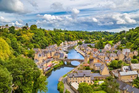 Luchtfoto van de historische stad van Dinan met Rance rivier met dramatische cloudscape, Cotes-d'Armor afdeling, Bretagne, het noordwesten van Frankrijk