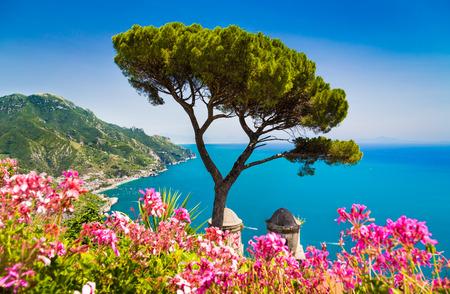 Escénica vista de postal de la famosa costa de Amalfi con Golfo de Salerno desde jardines de Villa Rufolo en Ravello, Campania, Italia