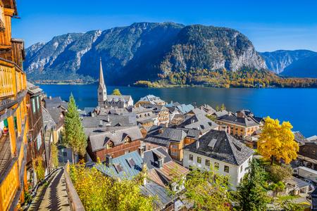 秋には、オーストリアのザルツカンマーグートのハルシュタットの歴史的な山間の村 写真素材