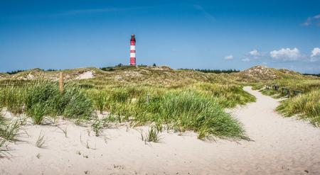 Mooi duinlandschap met traditionele vuurtoren op het eiland Amrum op North Sea, Sleeswijk-Holstein, Duitsland