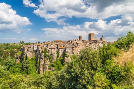 medieval: Hermosa vista de la ciudad medieval de Vitorchiano con impresionantes nubes, provincia de Viterbo, Lazio, Italia