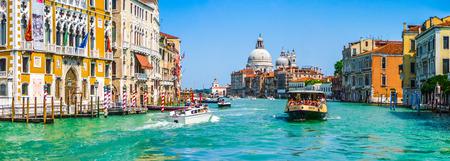 カナル グランデにバシリカ ・ ディ ・ サンタマリア ・ デッラ ・敬礼ヴェネツィア、イタリアで 写真素材
