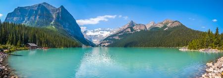 Prachtig panoramisch uitzicht op Lake Louise bergmeer in Banff National Park op een zonnige zomerdag, Alberta, Canada Stockfoto
