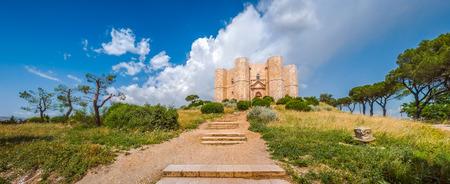 octagonal: Hermosa vista de Castel del Monte, el famoso castillo construido en una forma octogonal por el emperador Federico II en el siglo 13 en Apulia, sureste de Italia
