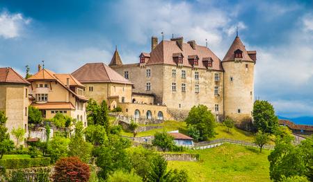세계적으로 유명한 Le Gruyere 치즈가있는 Gruyeres의 중세 도시의 아름다운 전망, Fribourg, 스위스의 구획