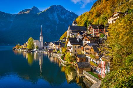 オーストリアのアルプスの Hallstatter を参照してくださいの有名なハルシュタット山村の美しい絵葉書ビュー
