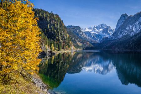 transparente: Hermosa vista de un paisaje idílico de otoño coloridas con la cumbre de la montaña de Dachstein