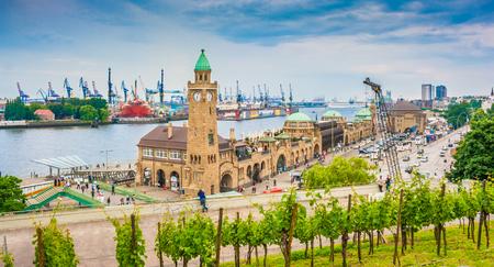 Beroemde Hamburger Landungsbruecken met commerciële haven en Elbe rivier, St. Pauli district, Hamburg, Duitsland
