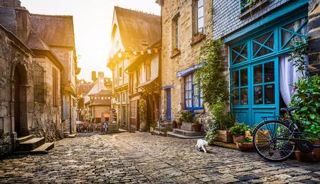 estilo urbano: casco antiguo en Europa en la puesta del sol con filtro retro estilo vintage