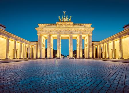 Visualizzazione classica della famosa Porta di Brandeburgo, uno dei più noti punti di riferimento e simboli nazionali della Germania Archivio Fotografico - 54991019