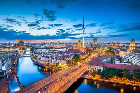 Luftbild von Berlin-Skyline mit dramatischen Wolken in der Dämmerung während der blauen Stunde in der Dämmerung, Deutschland Standard-Bild