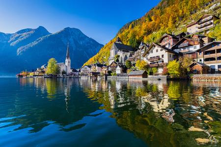 landschap: Scenic schilderachtige uitzicht op de beroemde Hallstatt bergdorp met Hallstaetter Lake in de Oostenrijkse Alpen in de herfst Stockfoto
