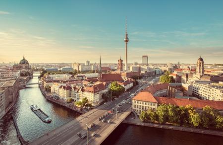 레트로 빈티지 인스 타 그램 스타일 그런 지 파스텔 톤 필터 효과, 독일 일몰 아름다운 저녁 빛에 유명한 TV 타워와 슈 프레 강 베를린 스카이 라인의 공