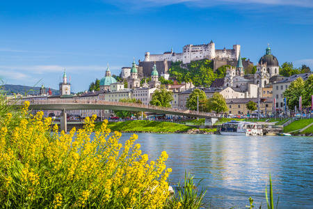 Mooi uitzicht op de skyline van Salzburg met Festung Hohensalzburg en Salzach rivier in de zomer, Salzburg, Salzburg, Oostenrijk