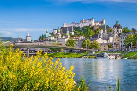 Belle vue sur Salzbourg horizon avec Festung Hohensalzburg et de la rivière Salzach en été, Salzburg, Salzbourg, Autriche